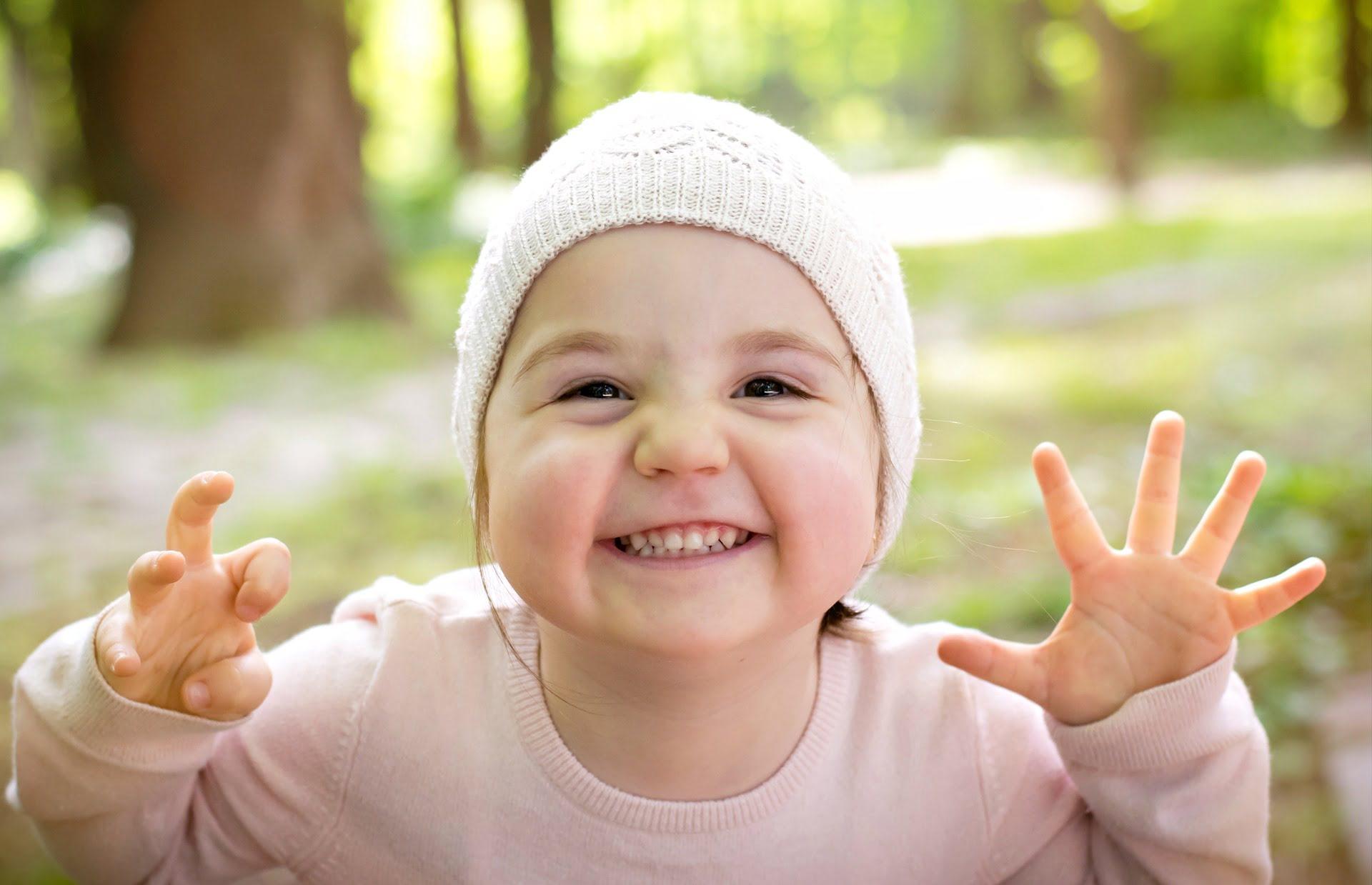 Mała dziewczynka uśmiechnięta