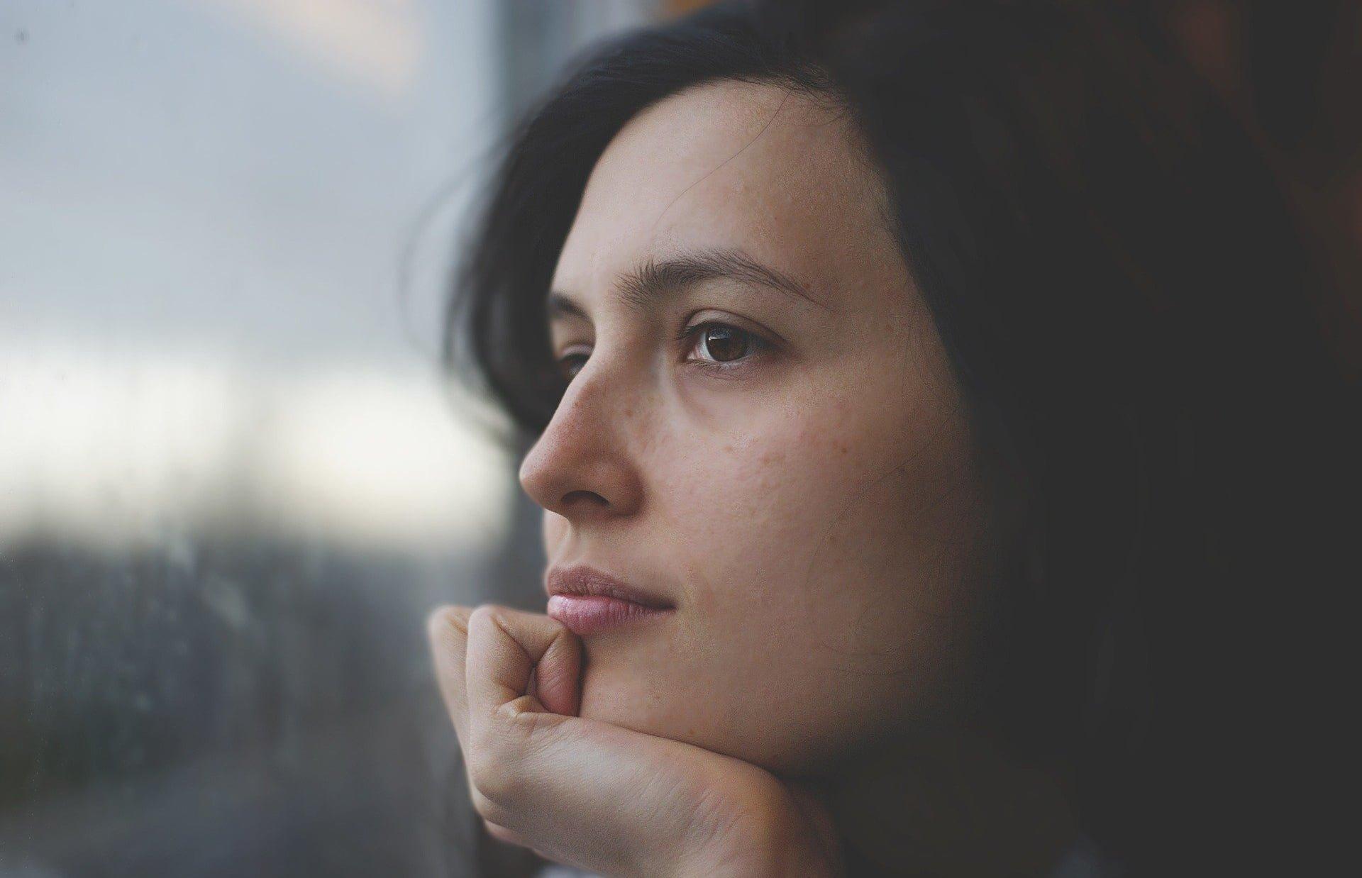 Kobieta spoglądająca przez szybę