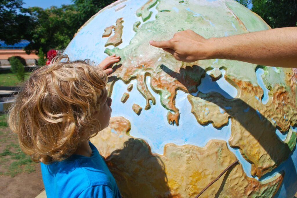 dziecko przy globusie