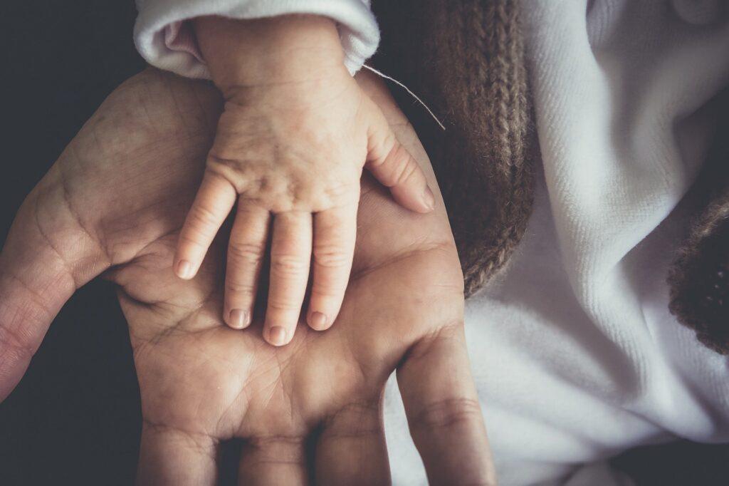 rączka niemowlęcia na ręce dorosłego