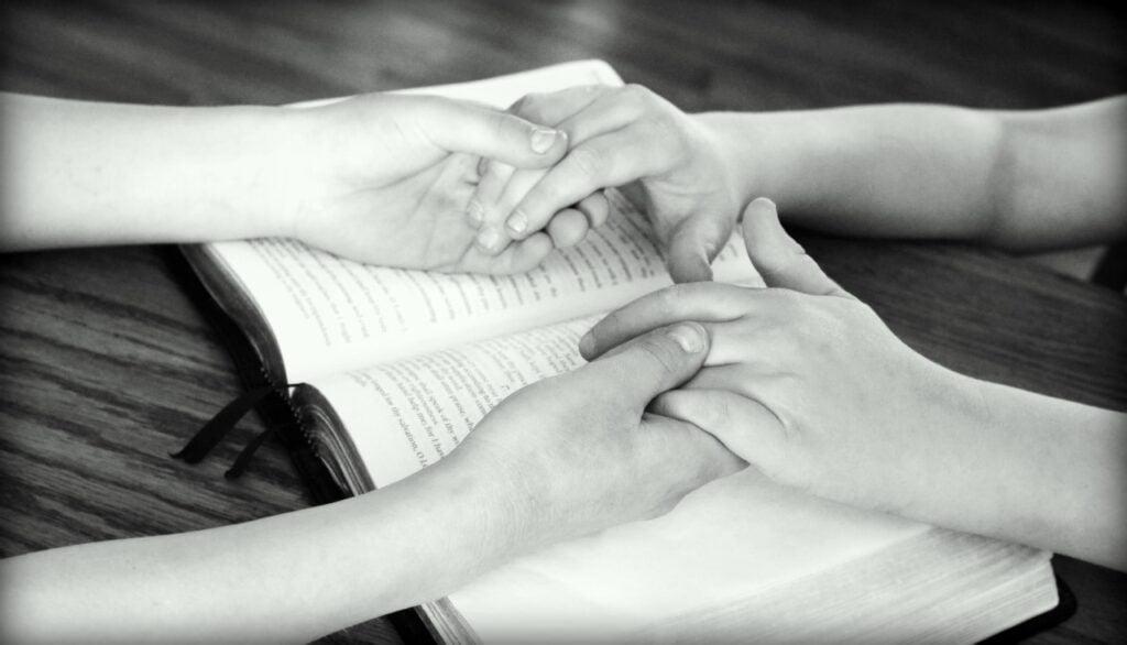 ręce dzieci w uścisku prezentacja