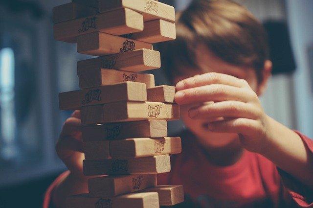 dziecko układające drewniane klocki