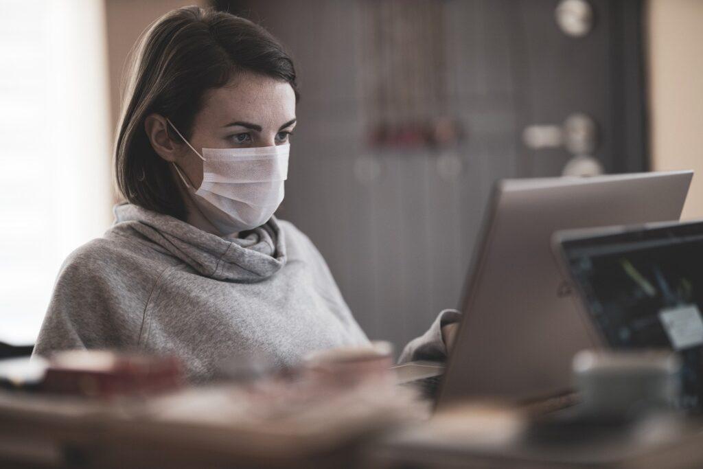 Kobieta pracuje zdalnie przed laptopem.