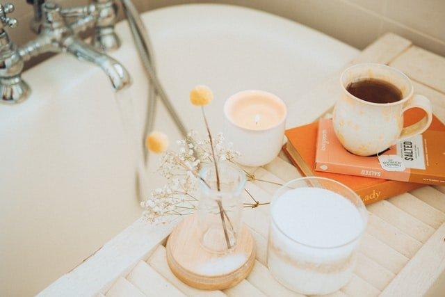 Relaks podczas kwarantanny: kąpiel, książka i kawa.